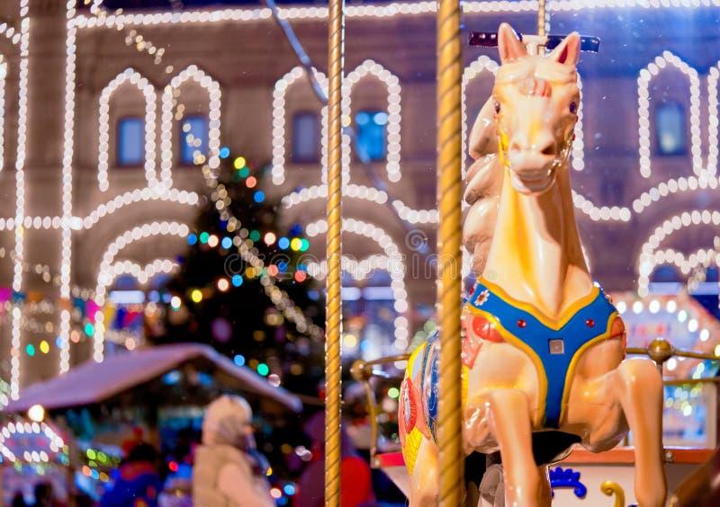 Carousel przy nowym rokiem lub bożymi narodzeniami uczciwymi w wieczór Rodzinnego świętowania i szczęścia pojęcie fotografia stock