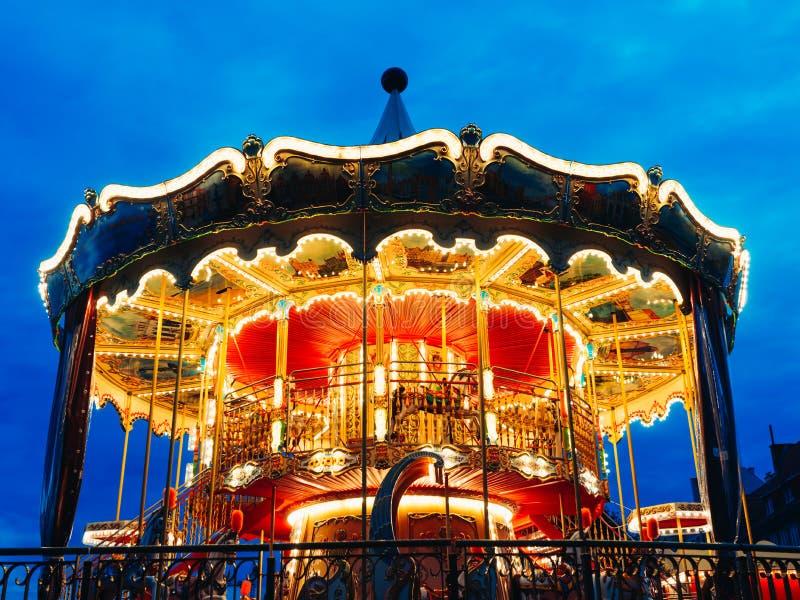 Carousel przy parkiem rozrywkim w wieczór i nocy iluminacji zdjęcie royalty free