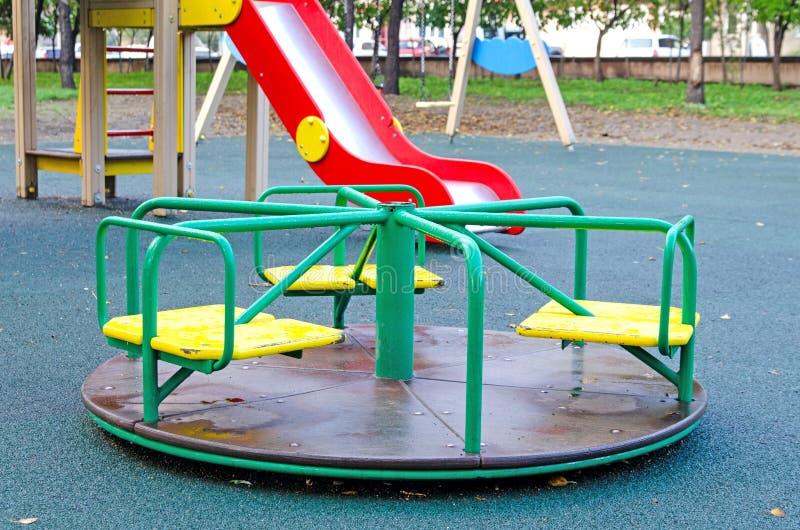Carousel ` s детей вращаясь в парке Спортивная площадка ` s детей в общественном парке Россия Осень стоковое изображение rf