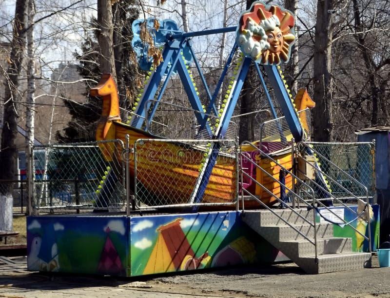 Carousel w parku przygotowywa dla lato sezonu fotografia royalty free