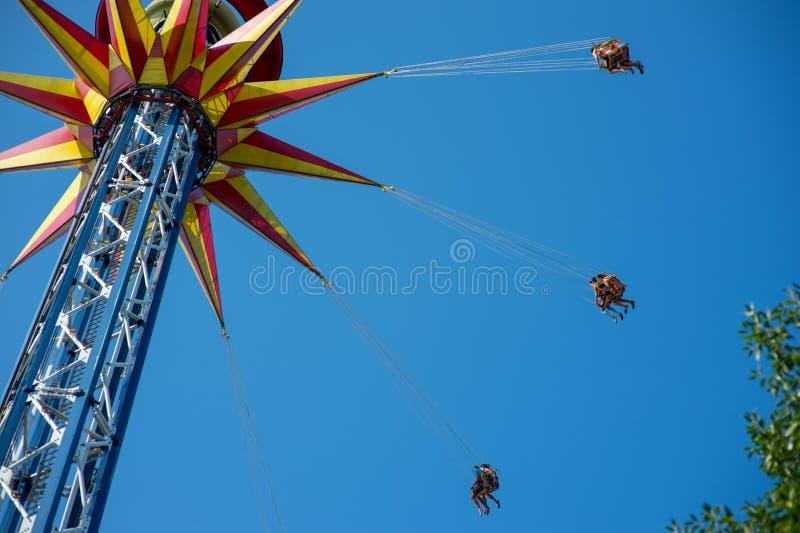 Carousel z dźwignięciem w wakacyjnym parku fotografia royalty free