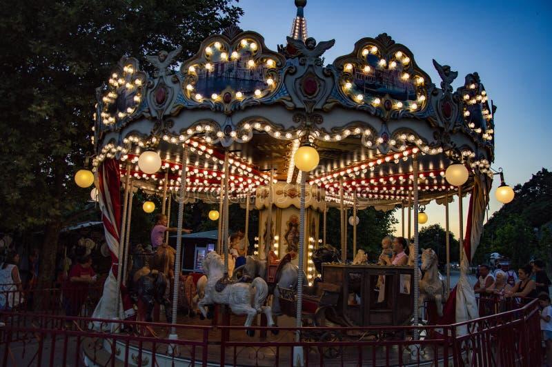 Carousel z jarzyć się światła w wieczór obrazy stock