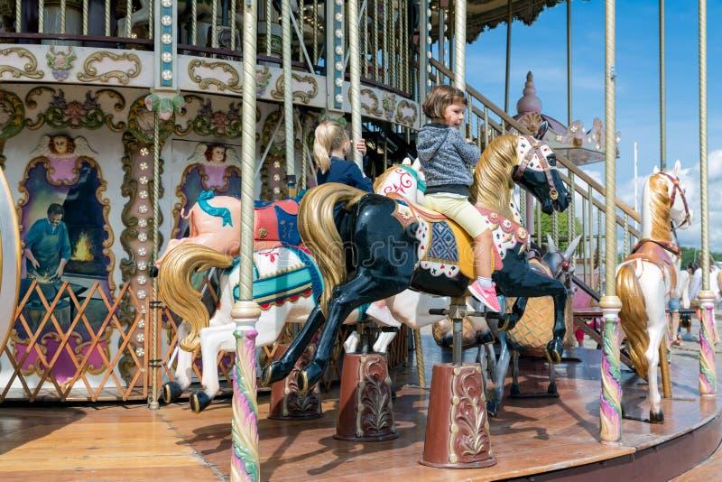 Carousselhaven Honfleur met twee meisjes die een paard berijden royalty-vrije stock afbeelding