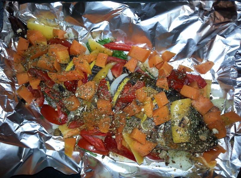 Carpa con las verduras en hoja fotografía de archivo