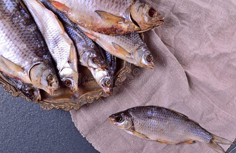 Carpa curada dos peixes em uma placa do ferro foto de stock
