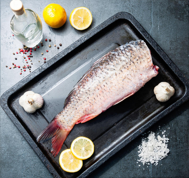 Carpa deliciosa dos peixes frescos no fundo escuro para o alimento saudável, dieta ou conceito do vintage do cozimento, foco sele fotos de stock royalty free