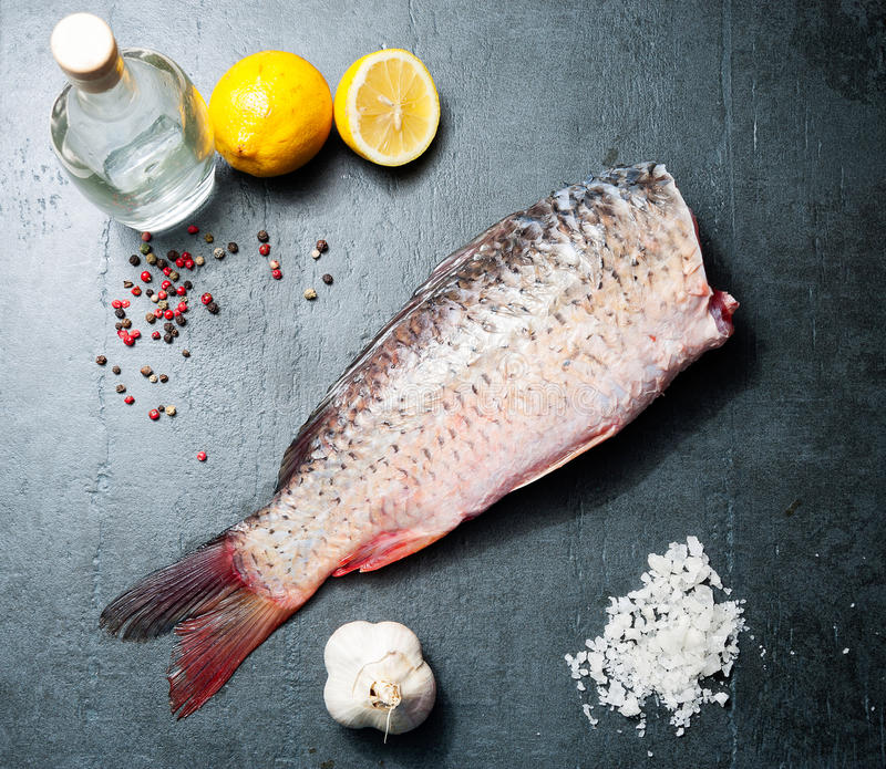 Carpa deliciosa dos peixes frescos no fundo escuro para o alimento saudável, dieta ou conceito do vintage do cozimento, foco sele imagens de stock royalty free