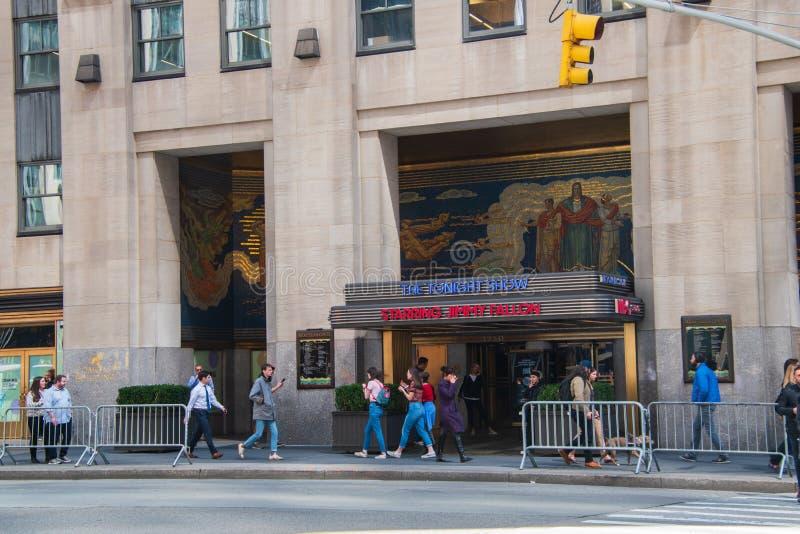Carpa en el Rockefeller Center con una muestra para el Tonight Show que protagoniza a Jimmy Fallon con la gente que camina cerca  fotografía de archivo