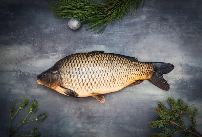 Carpa entera con la decoración de la Navidad en la tabla gris imágenes de archivo libres de regalías
