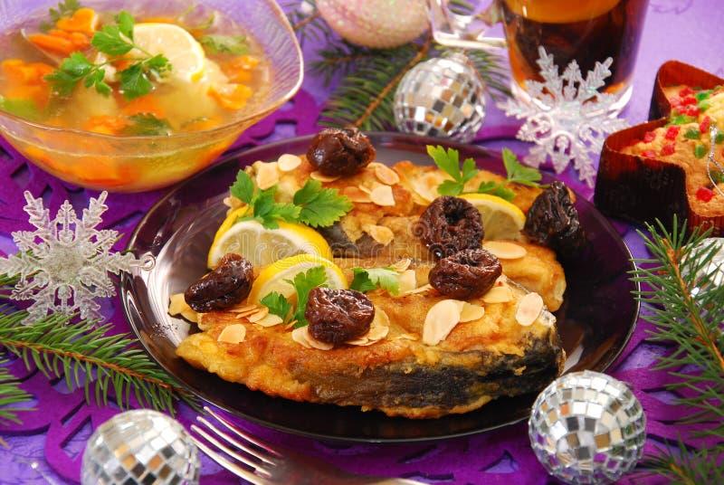 Carpa fritada com amêndoas e ameixa seca para o Natal fotos de stock