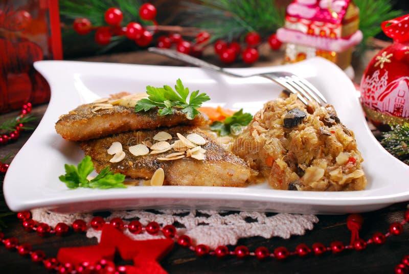 Carpa fritada com amêndoas e chucrute para a Noite de Natal fotografia de stock