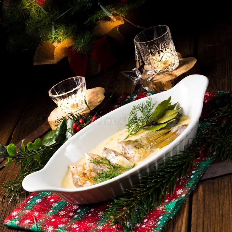 Carpa fritada do Natal no molho da manteiga com aneto e limão fotos de stock royalty free