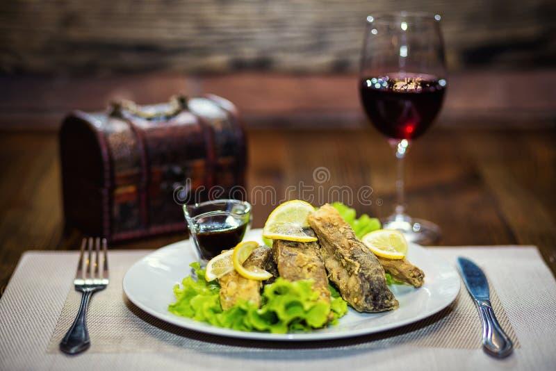 Carpa fritta, pesce fritto, ristorante, pasti serventi in un restauran fotografia stock libera da diritti