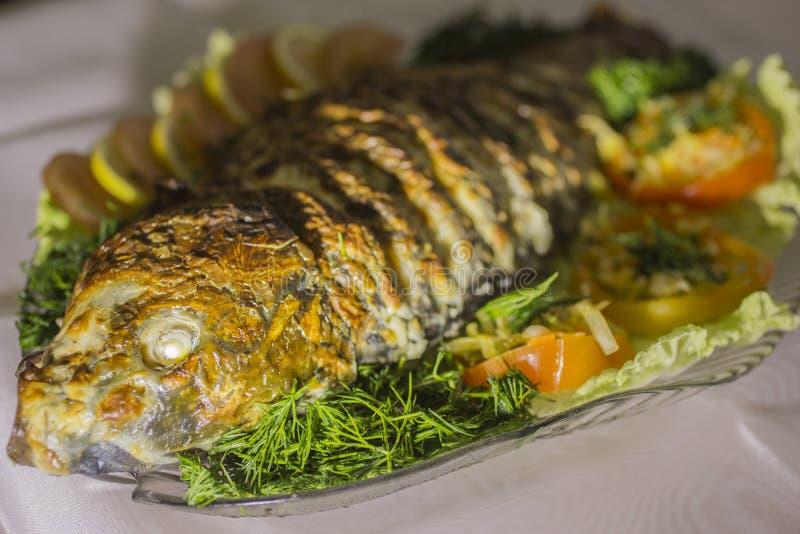 Carpa rellena, adornada con las verduras Plato de pescados fotografía de archivo