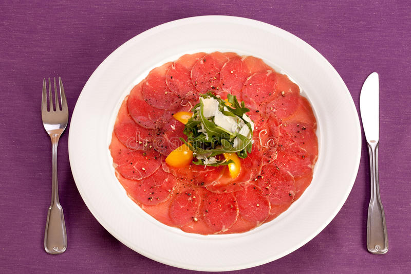 Carpaccio,未加工的牛肉肉盘  库存图片