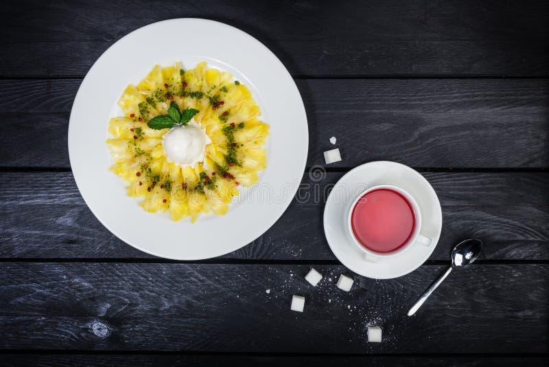 Carpaccio d'ananas avec de la glace à la vanille Dessert photos stock