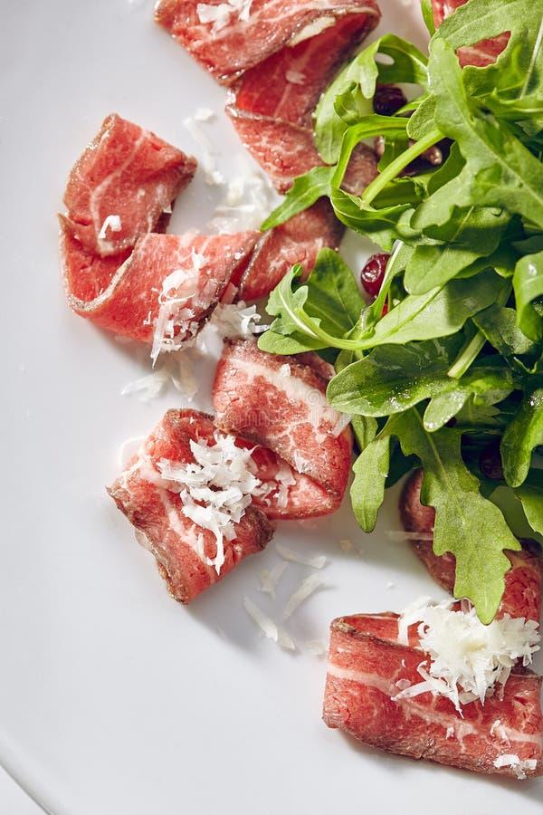 Carpaccio della carne con Rocket Salad fotografia stock