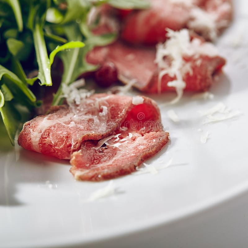 Carpaccio della carne con Rocket Salad immagine stock libera da diritti