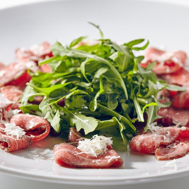 Carpaccio della carne con Rocket Salad fotografie stock