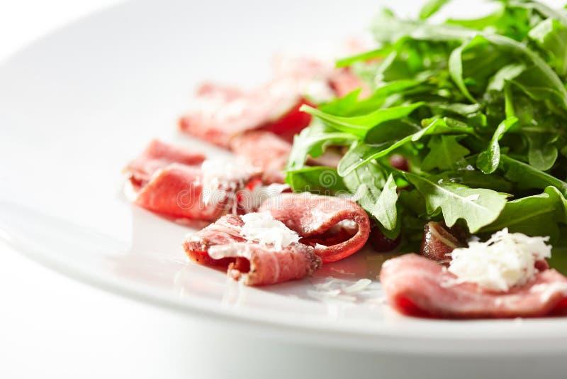 Carpaccio della carne con Rocket Salad fotografia stock libera da diritti
