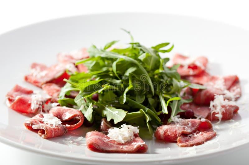 Carpaccio della carne con Rocket Salad fotografie stock libere da diritti