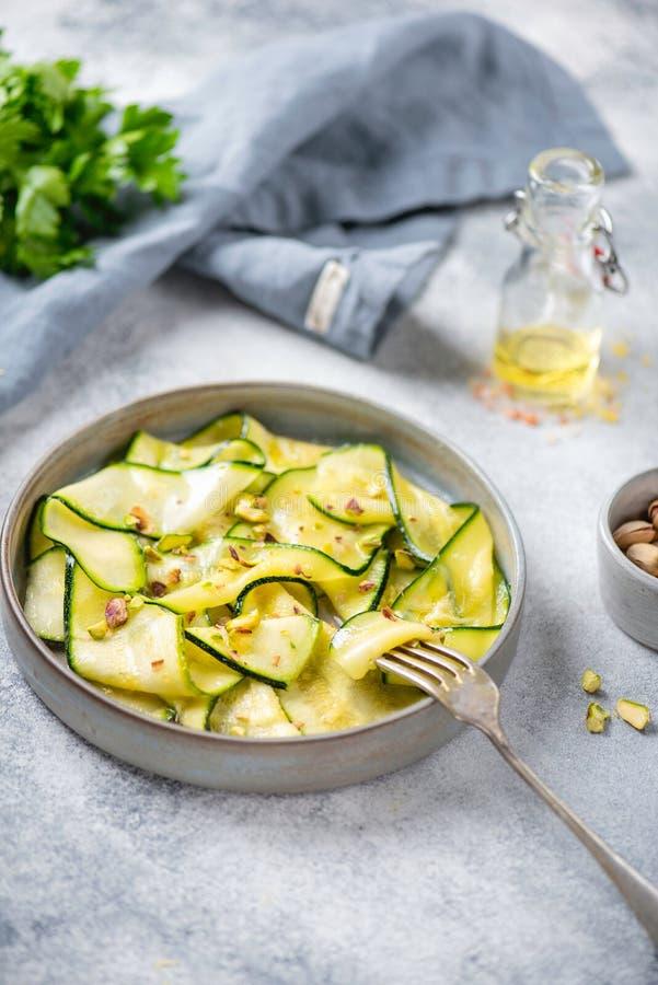 Carpaccio dello zucchini con il pistacchio immagine stock