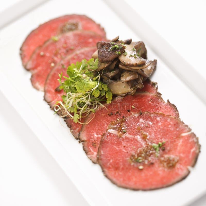 Carpaccio van het rundvlees met paddestoelen. stock afbeeldingen