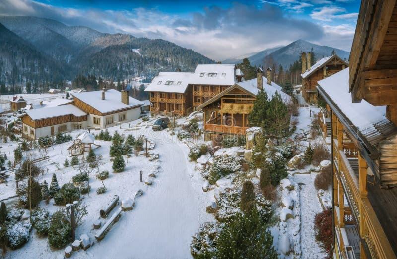 Carpathian alpin by som täckas med ny snö royaltyfria foton