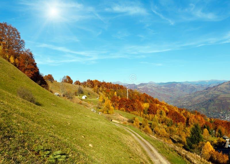 Carpathian berg för Sunshiny höst, Rakhiv, Ukraina royaltyfria bilder