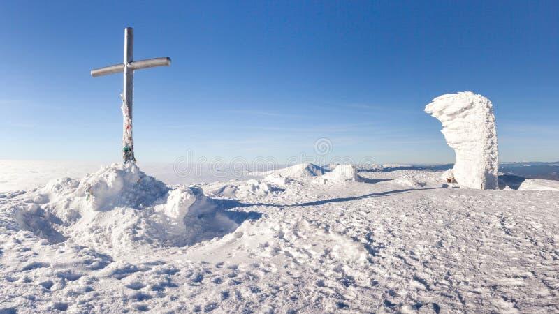 Carpathian berg för vinter i Ukraina Landskap med Goverla i snön royaltyfri foto