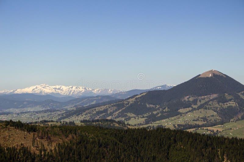 Carpathian berg som ses från Vatra Dornei arkivbild