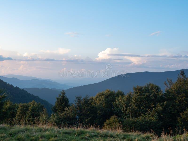 Carpathians berg i august västra Ukraina Molnig himmel ovanför arkivfoton