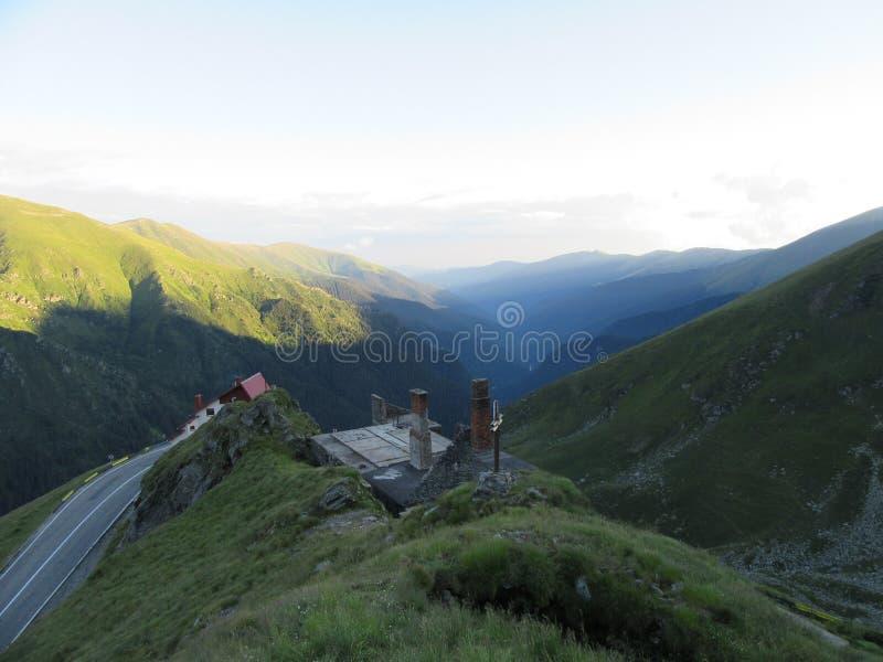 Carpathians berg i Rumänien regionBalea brist nära överkant för Trasfagarasan vägkulle royaltyfri fotografi