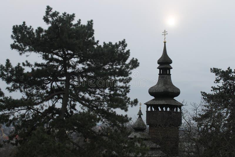 Carpathians pittoreschi e una chiesa antica fotografia stock