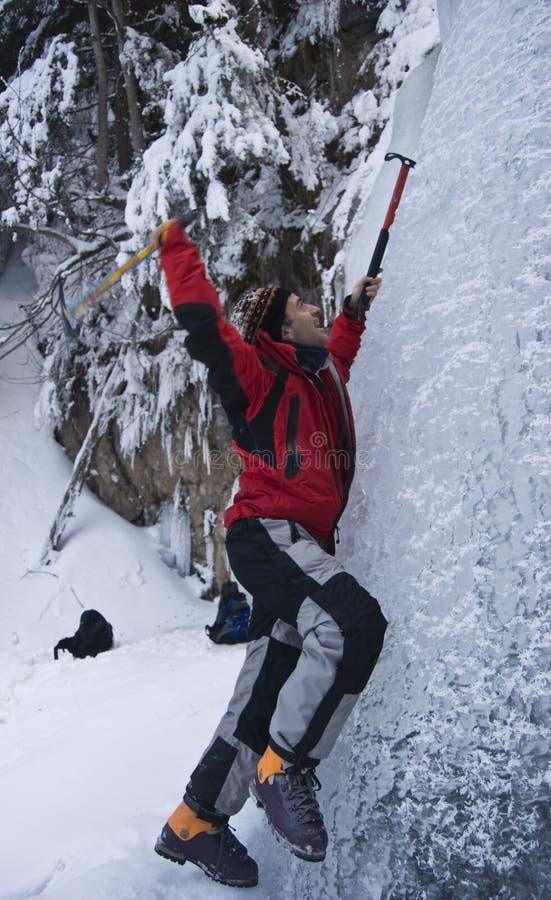 Carpathiens escaladant la montagne de glace photos libres de droits