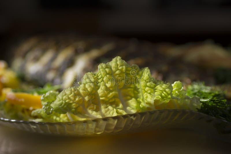 Carpe bourrée, décorée des légumes Plat de poisson photos libres de droits