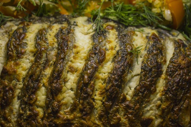 Carpe bourrée, décorée des légumes Plat de poisson photo stock