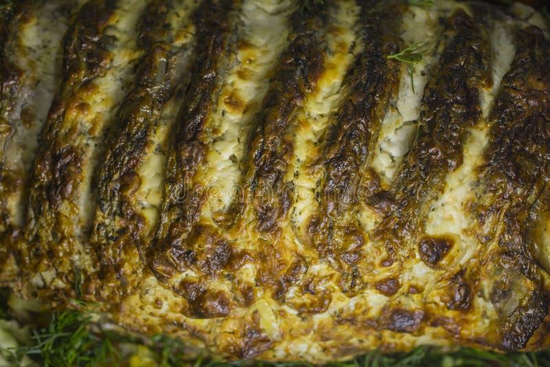 Carpe bourrée, décorée des légumes Plat de poisson image libre de droits