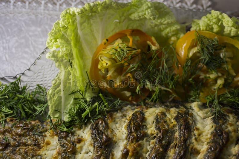 Carpe bourrée, décorée des légumes Plat de poisson photos stock