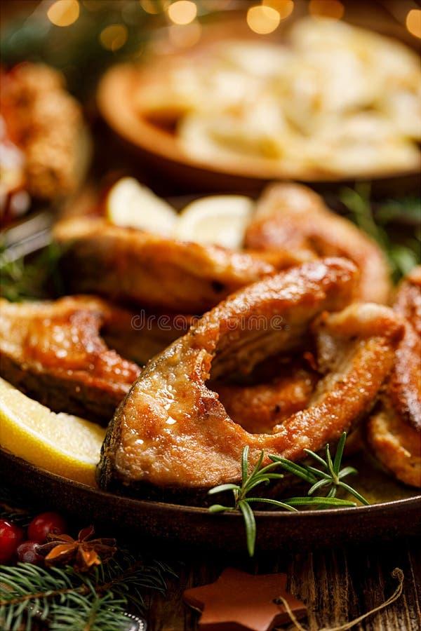 Carpe de Noël, tranches de poissons frites de carpe d'un plat en céramique, fin  Plat traditionnel de réveillon de Noël photo libre de droits
