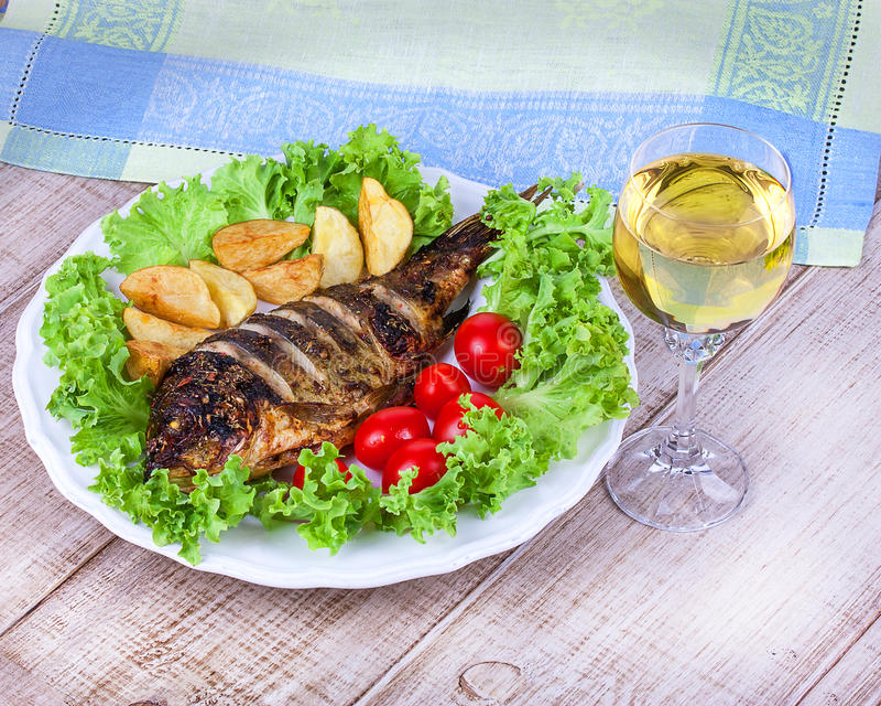 Carpe de poissons grillée par totalité photos stock