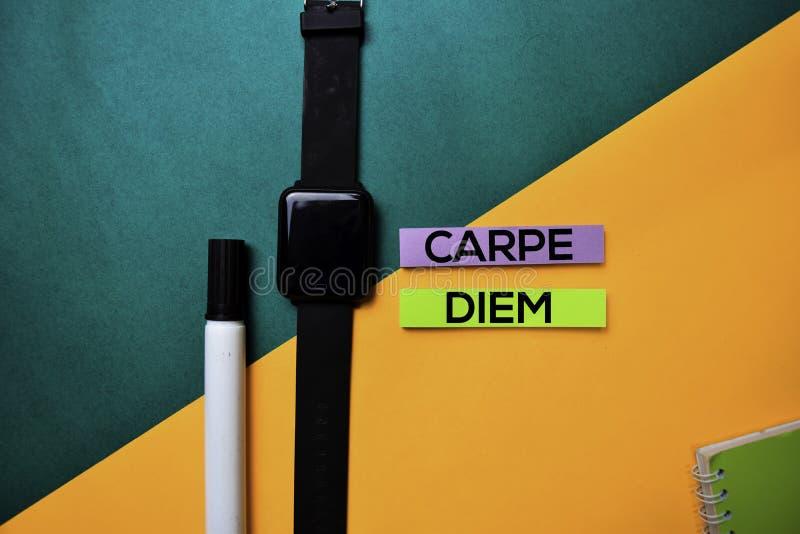 Carpe diem texto en fondo de la tabla de color de la visión superior fotografía de archivo libre de regalías
