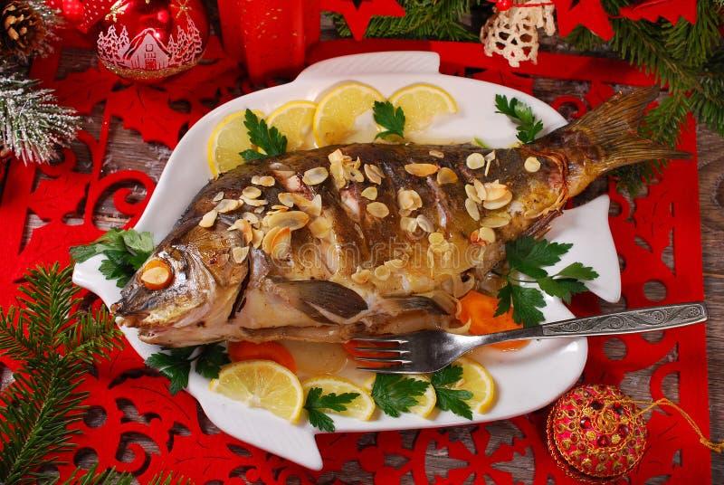 Carpe rôtie bourrée des légumes pour Noël image stock