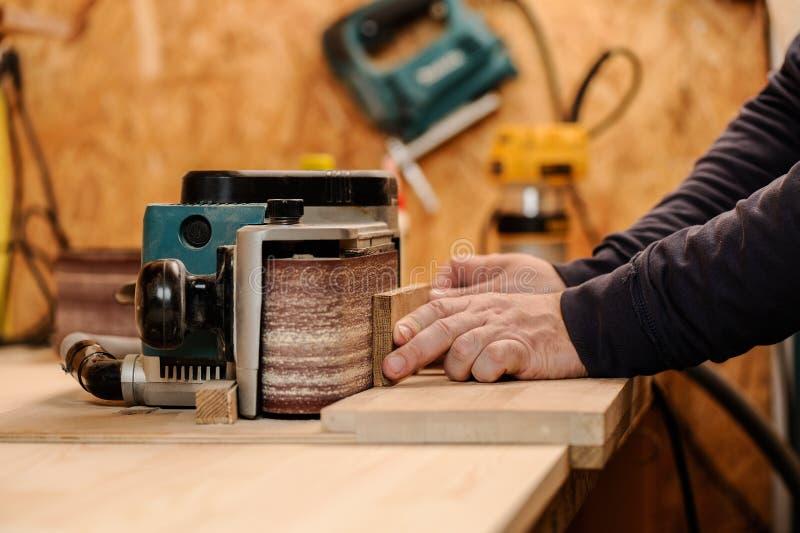 Carpented lissant la substance en bois avec le papier sablé images libres de droits