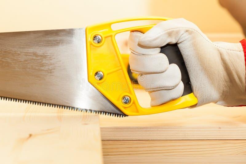 Carpentiere al legno di taglio del lavoro fotografia stock