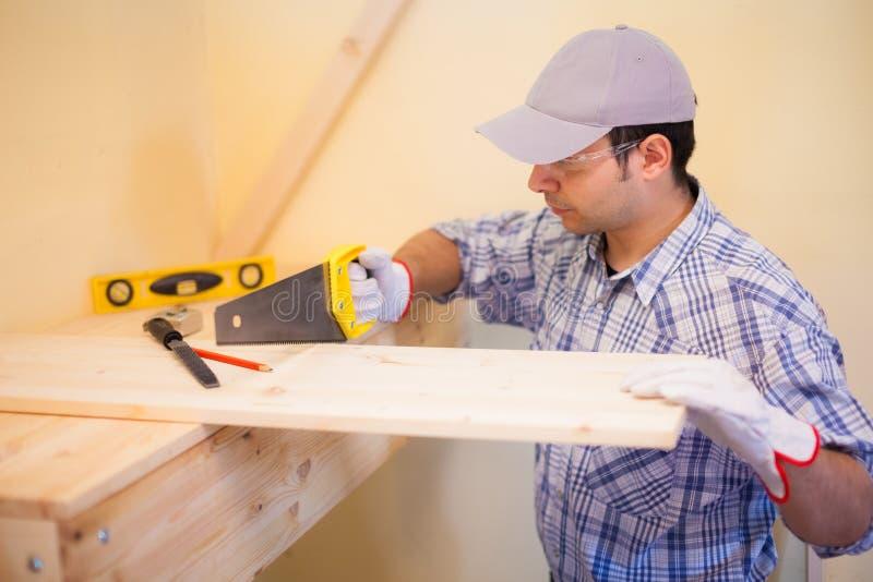 Carpentiere al legno di taglio del lavoro fotografie stock libere da diritti