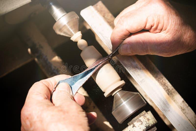 Carpentiere anziano che lavora con il legno fotografie stock libere da diritti