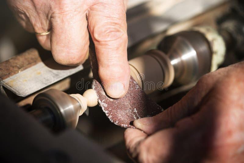 Carpentiere anziano che lavora con il legno fotografia stock libera da diritti