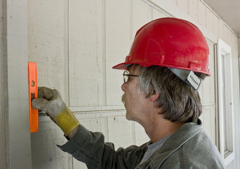 Carpentiere che controlla a livello immagini stock libere da diritti