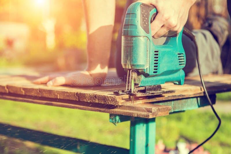 Carpentiere che lavora con il puzzle elettrico fotografie stock libere da diritti